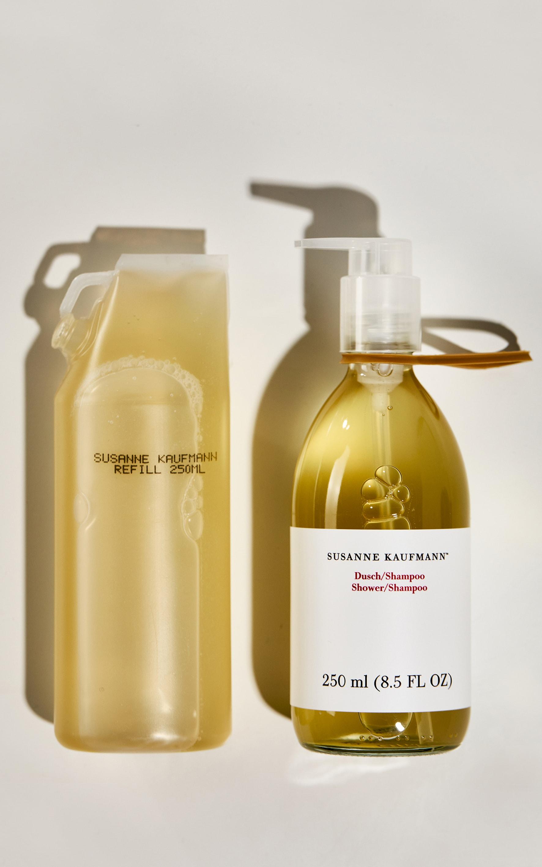 SUSANNE KAUFMANN Doccia-shampoo con refill a peso ridotto, realizzato in plastica al 75% post consumo e completamente riciclabile (250 ml 50 €, flacone in vetro 55 €).