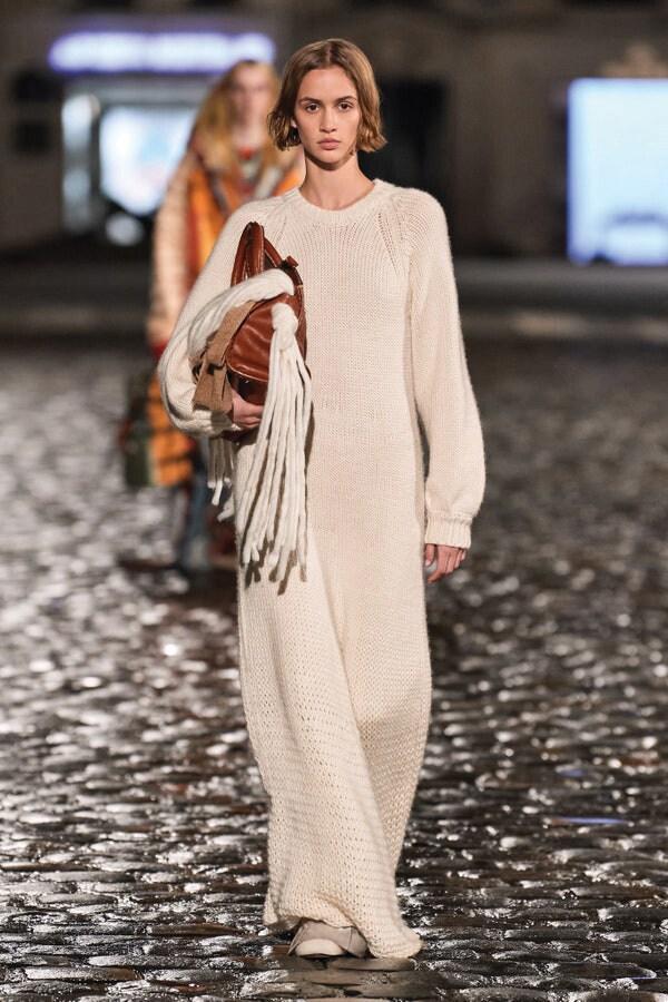 Chloé. Abito lungo over in lana lavorata a costa inglese.