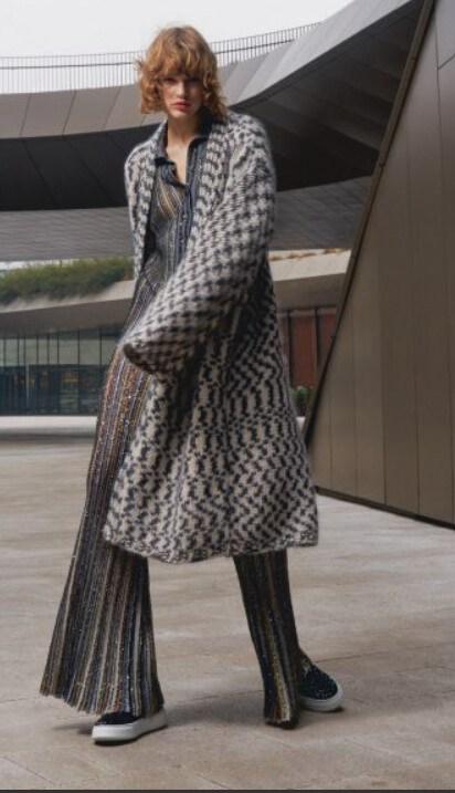 Missoni. Coat cardigan a jacquard geometrico, polo e pantaloni in maglia lurex effetto plisset.