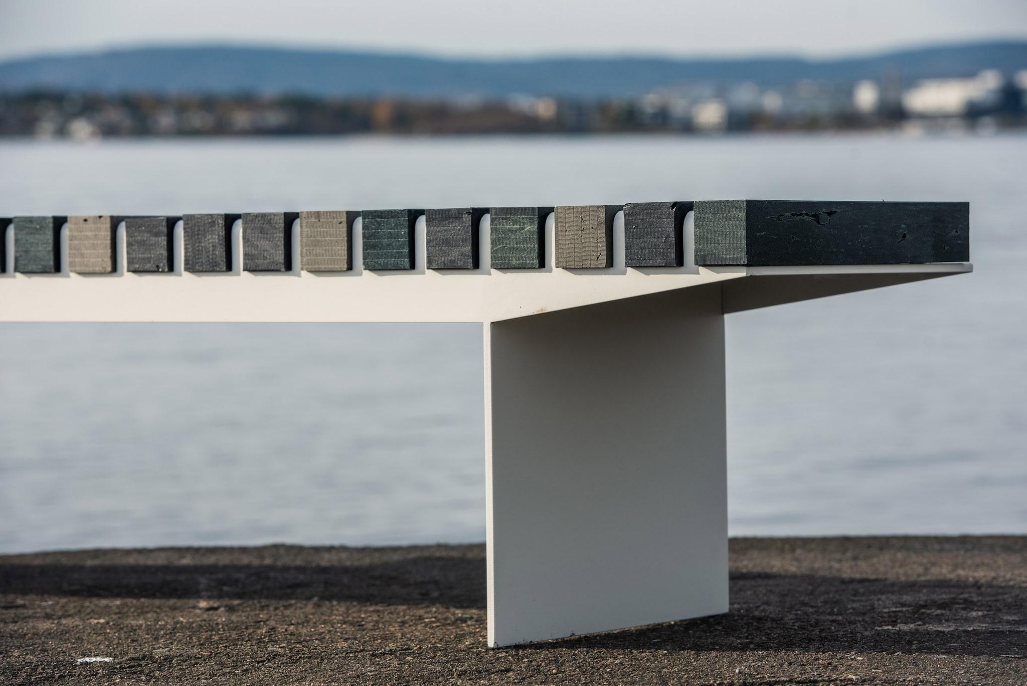 Panchina Coast, con seduta in plastica recuperata dagli oceani e struttura in acciaio zincato, VESTRE.