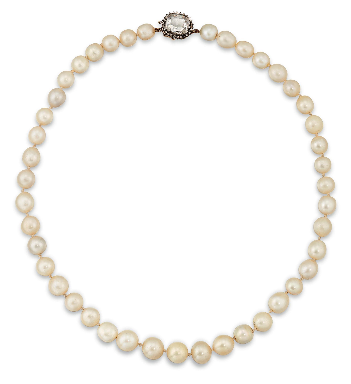 CHRISTIE'S Collana di perle bianche naturali con fermaglio in diamanti, inizio '900, valore stimato 35/55mila sterline (Lotto 13, Important Jewels, asta on line fino al 18 novembre).