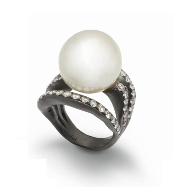 ANTONINI MILANO Anello Extraordinare in oro bianco rodiato con perla barocca di 26,3 carati e pavé di diamanti (11.600 euro).