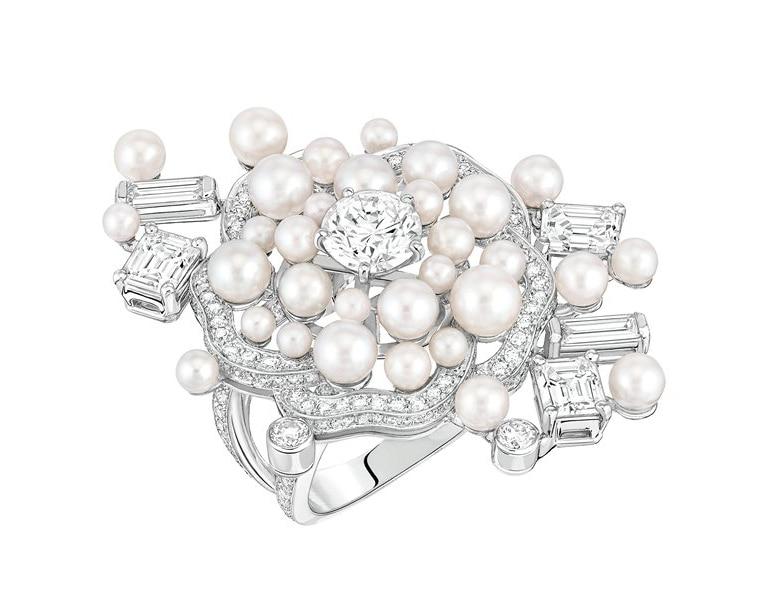 CHANEL FINE JEWELRY Anello Pluie de Camelia in oro bianco con 210 diamanti taglio brillante (1,9 carati) e 5 taglio smeraldo (1,8 carati) e 32 perle coltivate giapponesi, collezione Les Perles de Chanel.