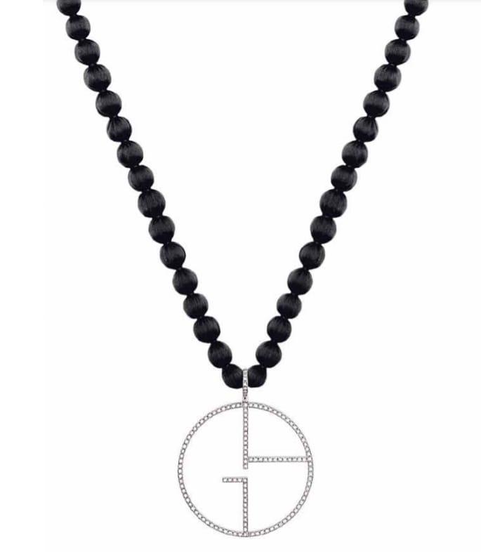 GIORGIO ARMANI Sautoir con perle di seta e pendente-logo in oro bianco e diamanti, collezione Borgonuovo.