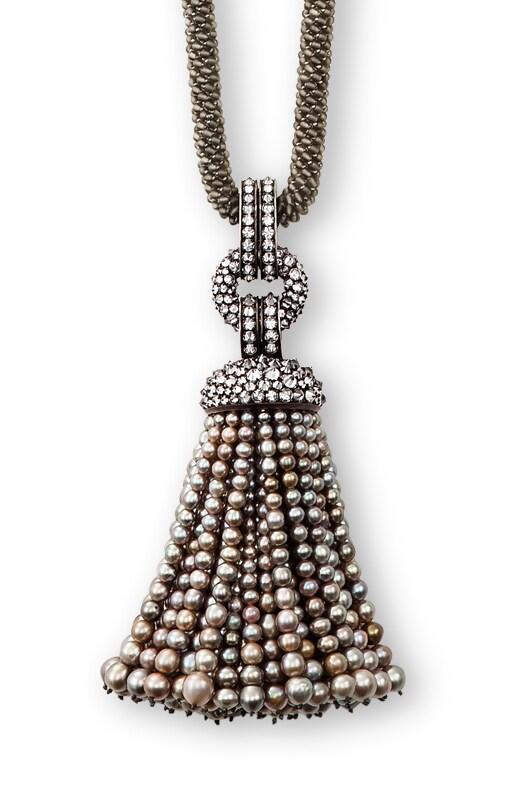 HEMMERLE Ciondolo a frange in perle grigie naturali su collana in argento e oro bianco (pezzo unico).