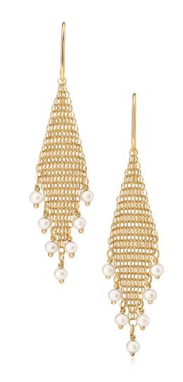 TIFFANY & Co. design Elsa Peretti orecchini Mesh in oro giallo con perle d'acqua dolce, (970 euro).