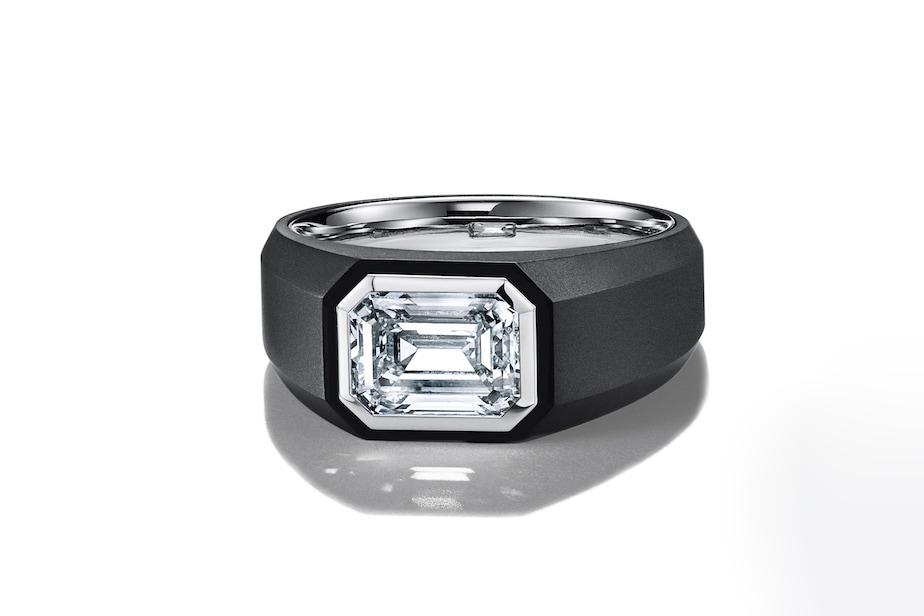 Anello The Charles Tiffany Setting, in titanio nero con diamante taglio smeraldo, TIFFANY & CO. (a partire da 19.000 €, secondo le carature).