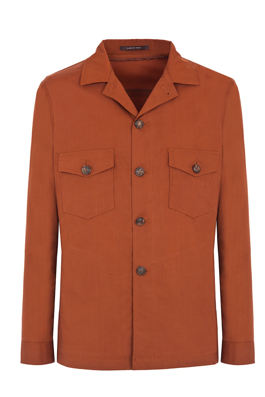 Shirt-jacket in cotone/lino con bottoni in corno, TAGLIATORE (428 €).