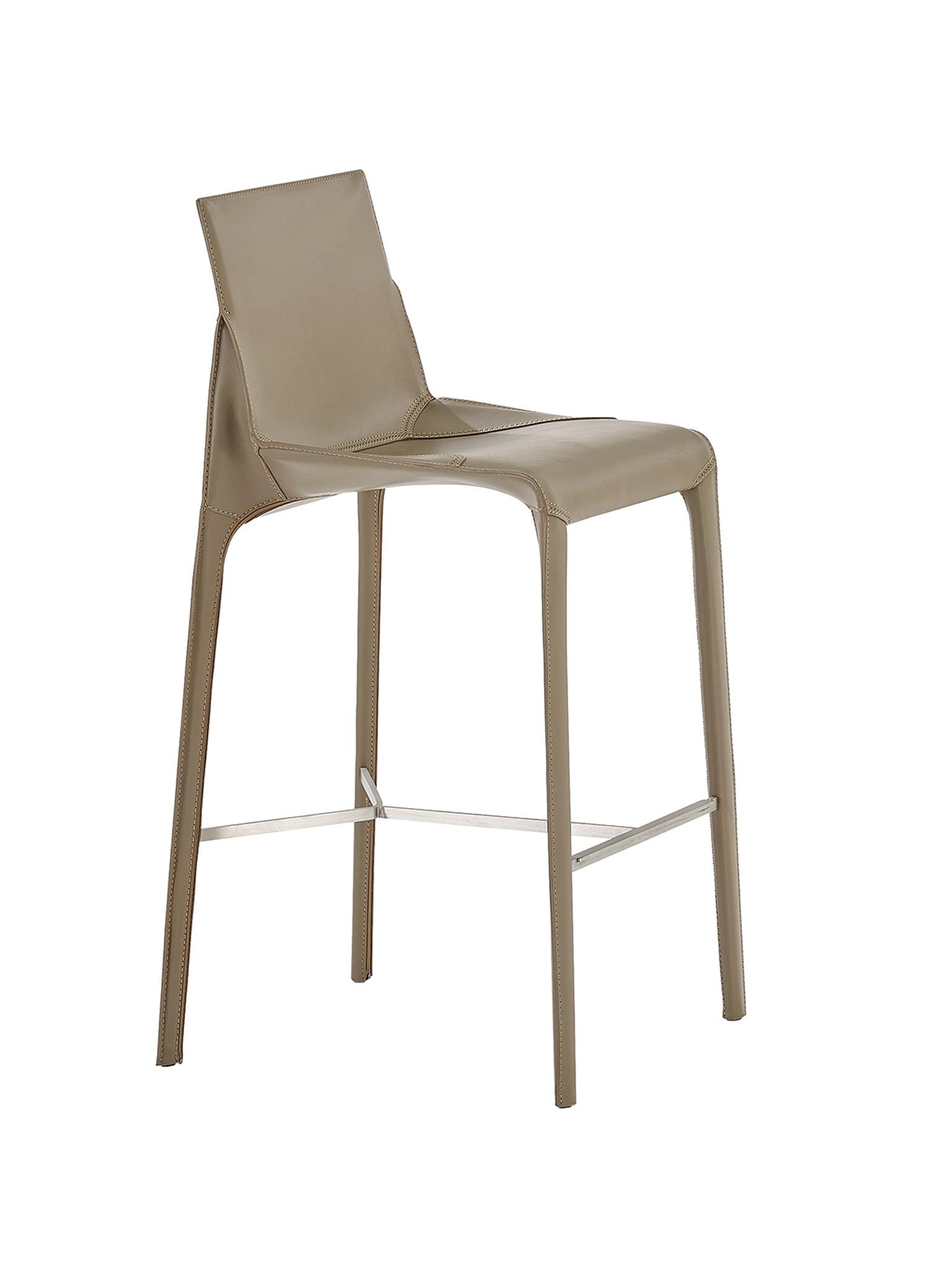 Sgabello Seattle, design Jean-Marie Massaud, con seduta in poliuretano e gambe in legno, interamente rivestiti in cuoio, POLIFORM (prezzo su richiesta).