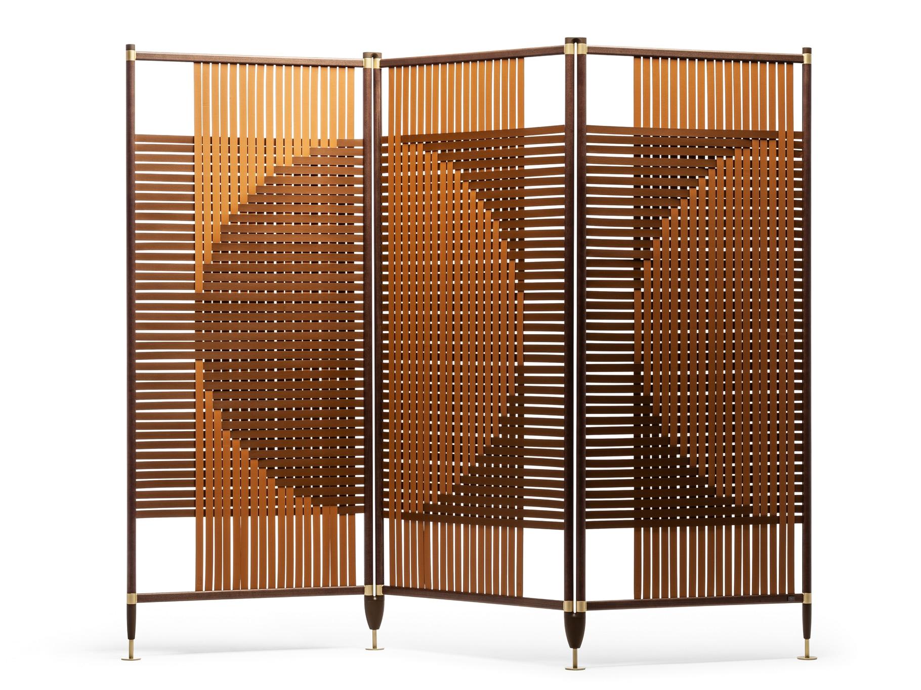 Paravento modulare Plot a tre pannelli, design GamFratesi, con struttura in alluminio e finitura frassino Moka, POLTRONA FRAU (7.000 € + Iva).