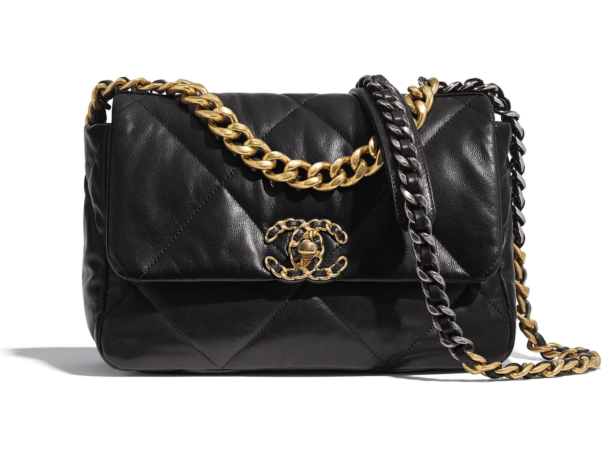 CHANELÈ l'evoluzione moderna, precisamente del 2019, di una delle borse più storiche al mondo, la 2.55, ideata da Gabrielle Chanel nel febbraio 1955. È stata pensata con grosse catene, dimensioni e materiali diversi, che si fanno pop (Chanel 19, 4.500 euro, Chanel).