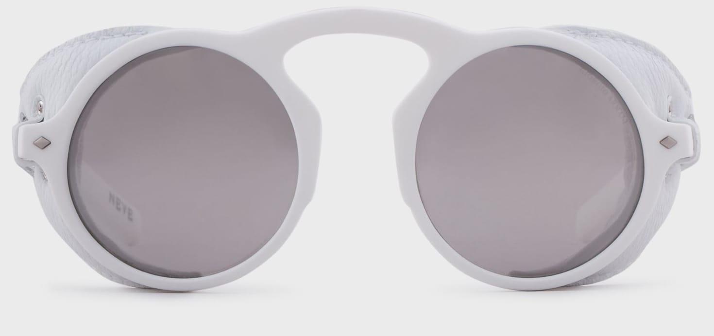 GIORGIO ARMANI NEVE Occhiale da sole dalla forma tonda con ponte alto, costruito in fibra di nylon con paraocchi removibili in pelle (435 euro).