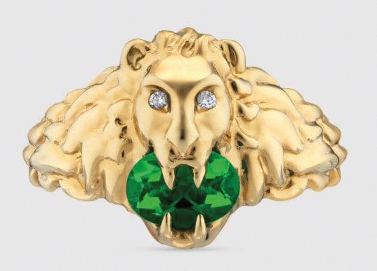 Gucci. Anello in oro con testa di leone, diamanti e diopside cromata.