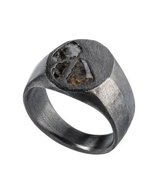Fabio Lissi per Pisa Diamanti. Anello chevalier Unique Piece, in oro rodiato nero con diamanti grezzi.