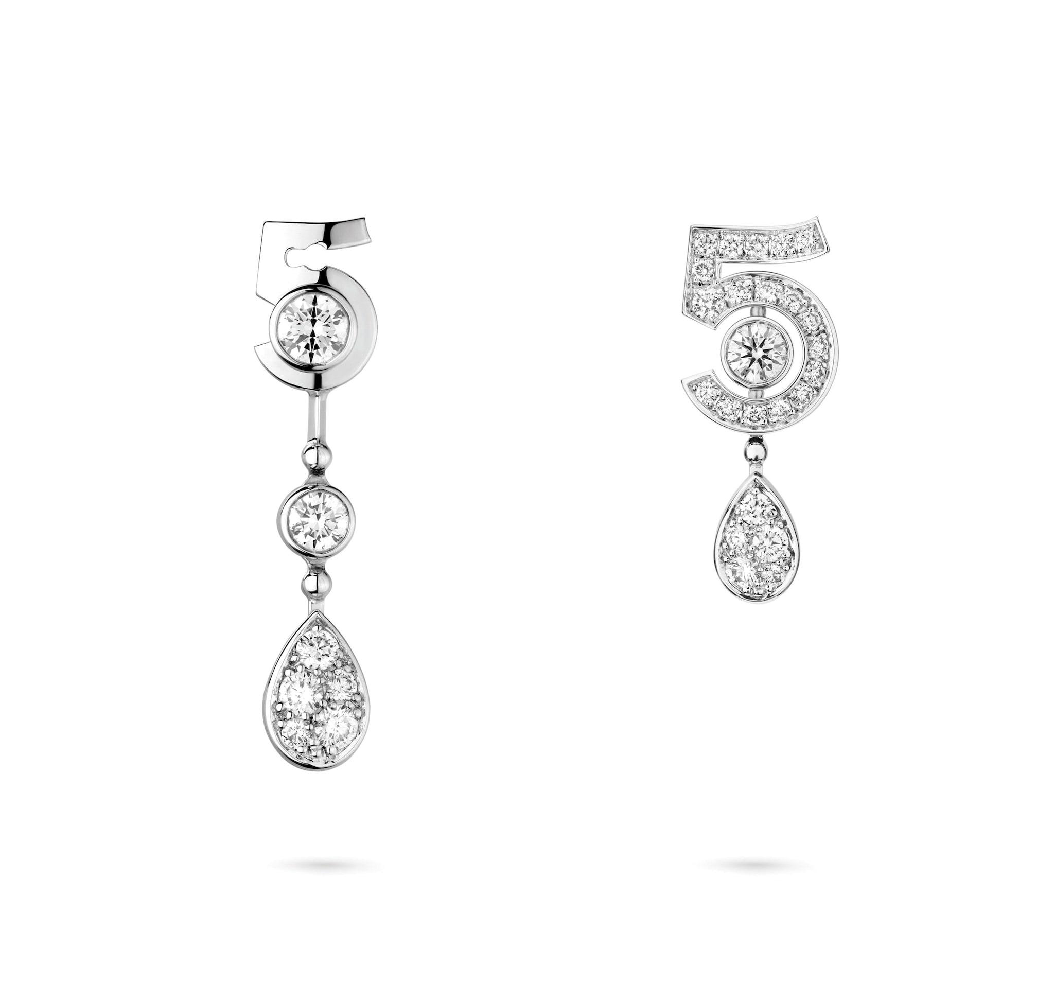 Chanel Joaillerie. Orecchini Eternal N°5 in oro bianco e diamanti, trasformabili.