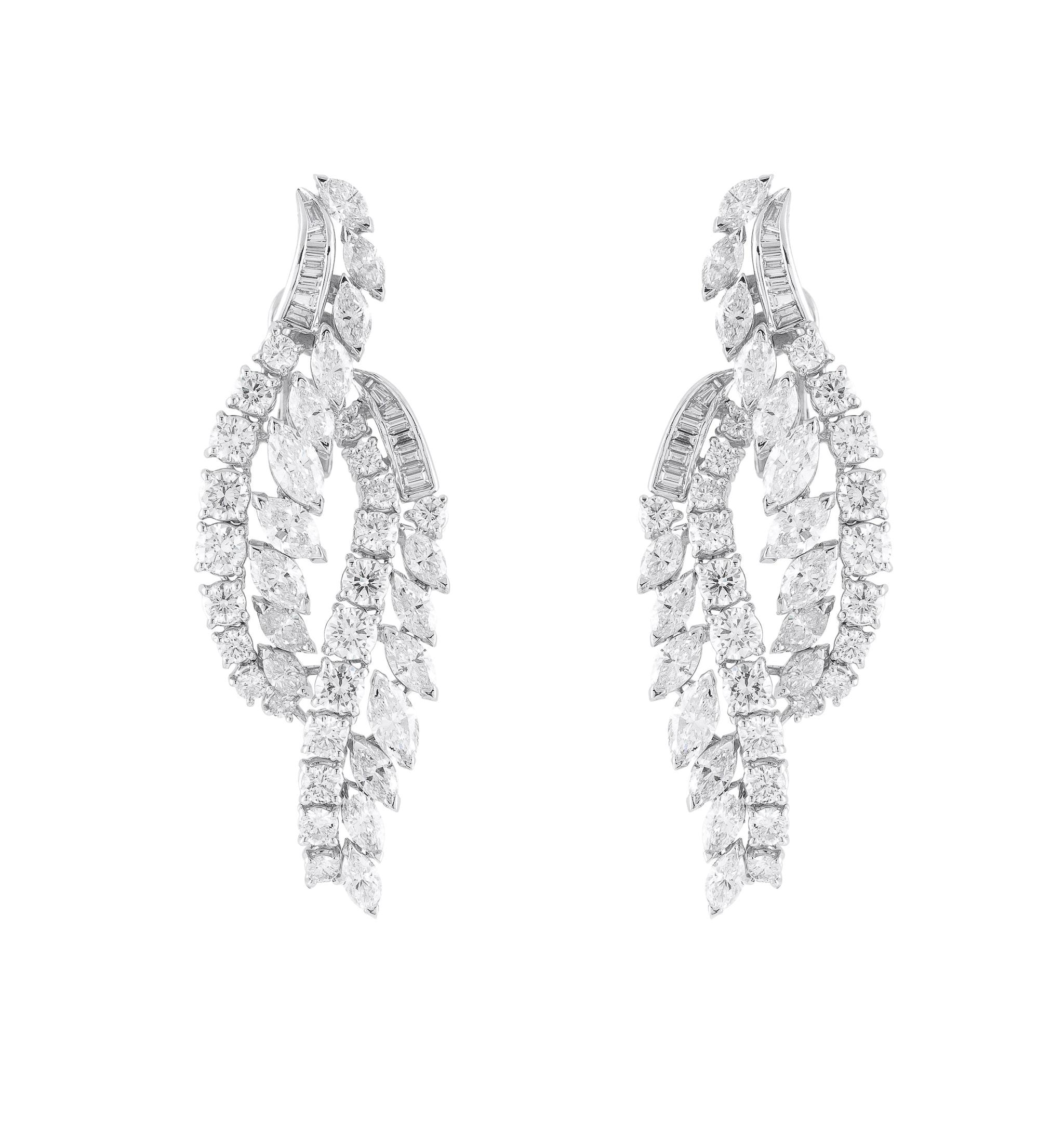 Pisa Diamanti. Orecchini chandelier, in oro bianco con diamanti taglio brillante, marquise e baguette.