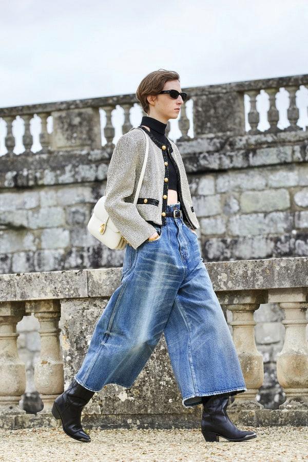 Celine by Hedy Slimane. Pantaloni in denim con gamba oversize tagliata al polpaccio e vita alta, giacchina in lana con profilo a contrasto.