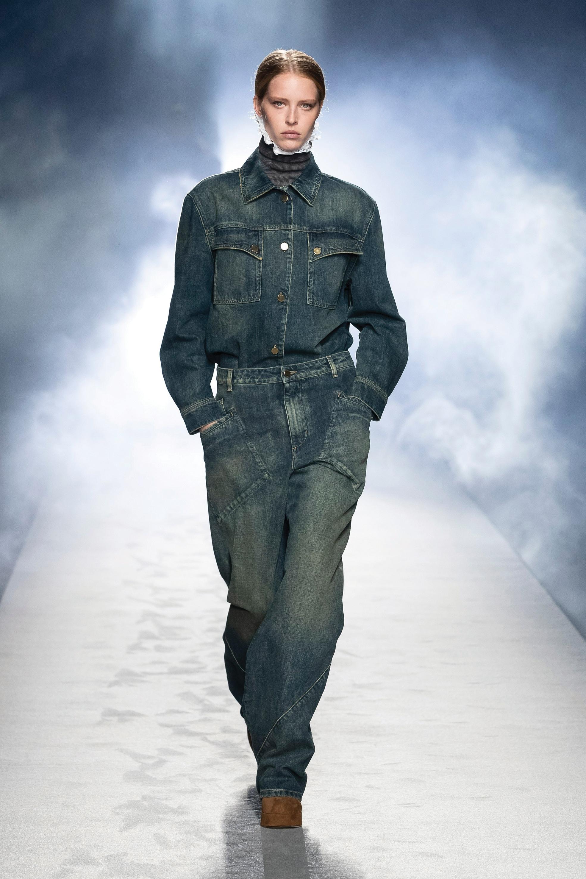Alberta Ferretti. Camicia over e jeans vita alta in denim.
