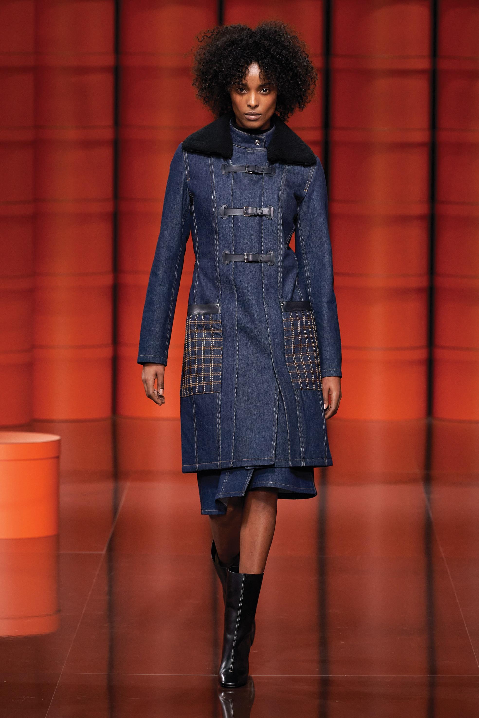 Hermès. Cappotto in denim blu indaco con dettagli in pelle e gonna coordinata.