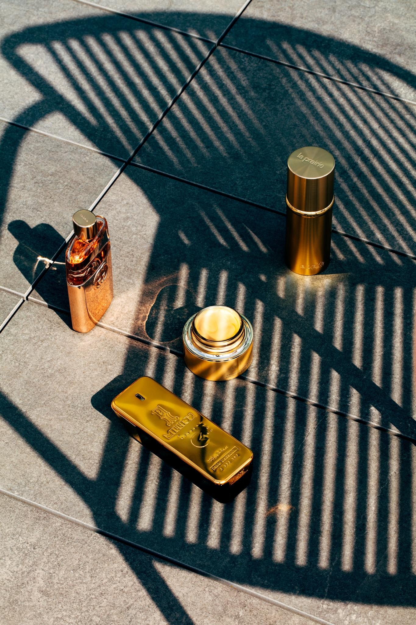Da sinistra, in senso orario. Eau de toilette donna, con accordo ambrato floreale, GUCCI Guilty (113 €, 90 ml). Pure Gold Radiance Concentrate, siero con la brillantezza dell'oro puro, LA PRAIRIE (768 €, 30 ml). Gold VitalityMask, con infusione d'oro 24K, CLÉ DE PEAU BEAUTÉ (300 €, 75 ml). Fragranza maschile con note d'ambra, cuoio e mandarino, OneMillion PACO RABANNE(90,90 €, 100 ml). Foto Lea Anouchinsky