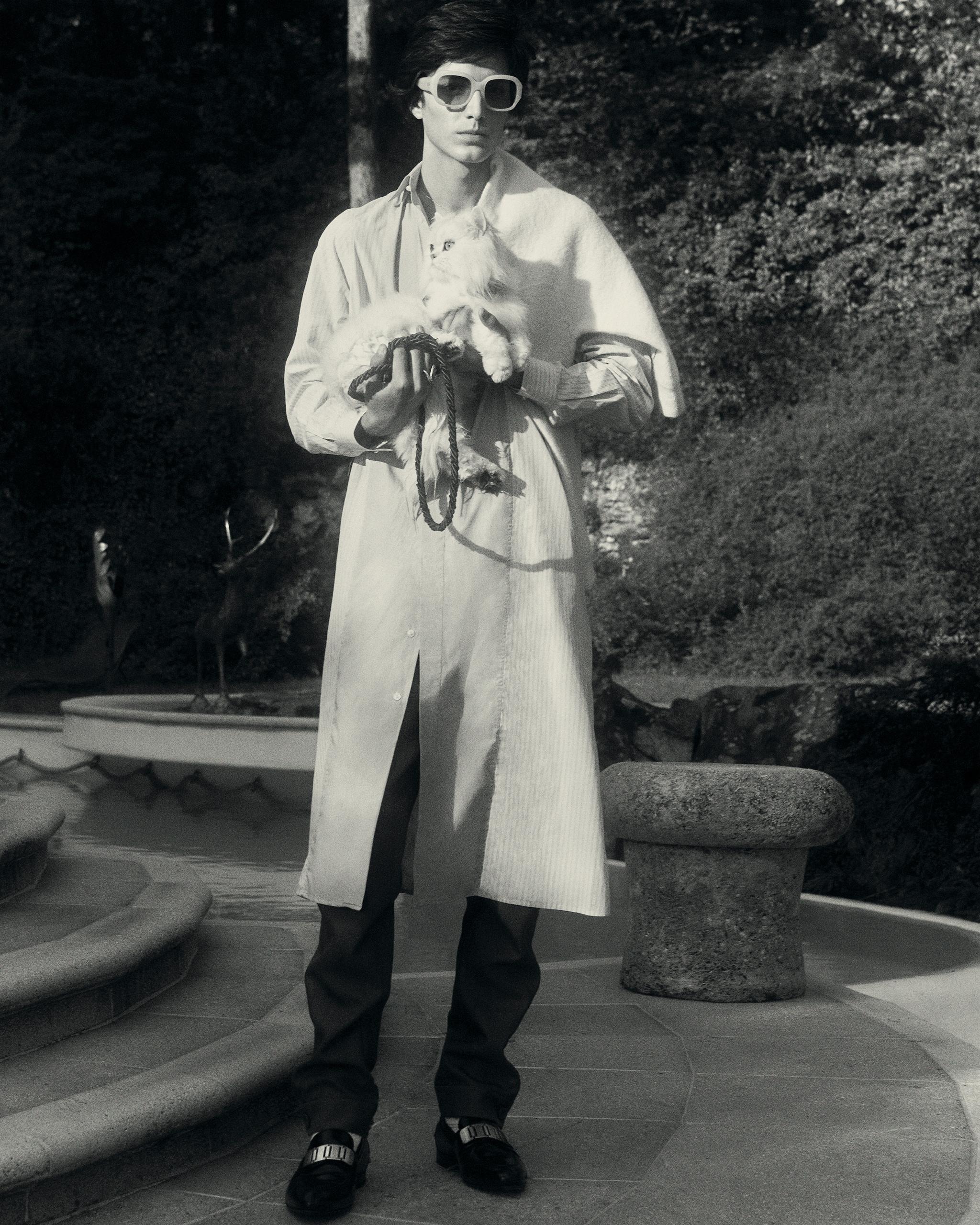 Maglione in lana, GUCCI. Camicia in popeline di cotone e pantaloni in mohair, lana e seta. Tutto DIOR. Loafer in pelle con fascia in metallo, DUNHILL. Occhiali da sole, PORT TANGER (325 $). Anello in argento con agata,  LA METROPCOMPAGNIE (267 €).