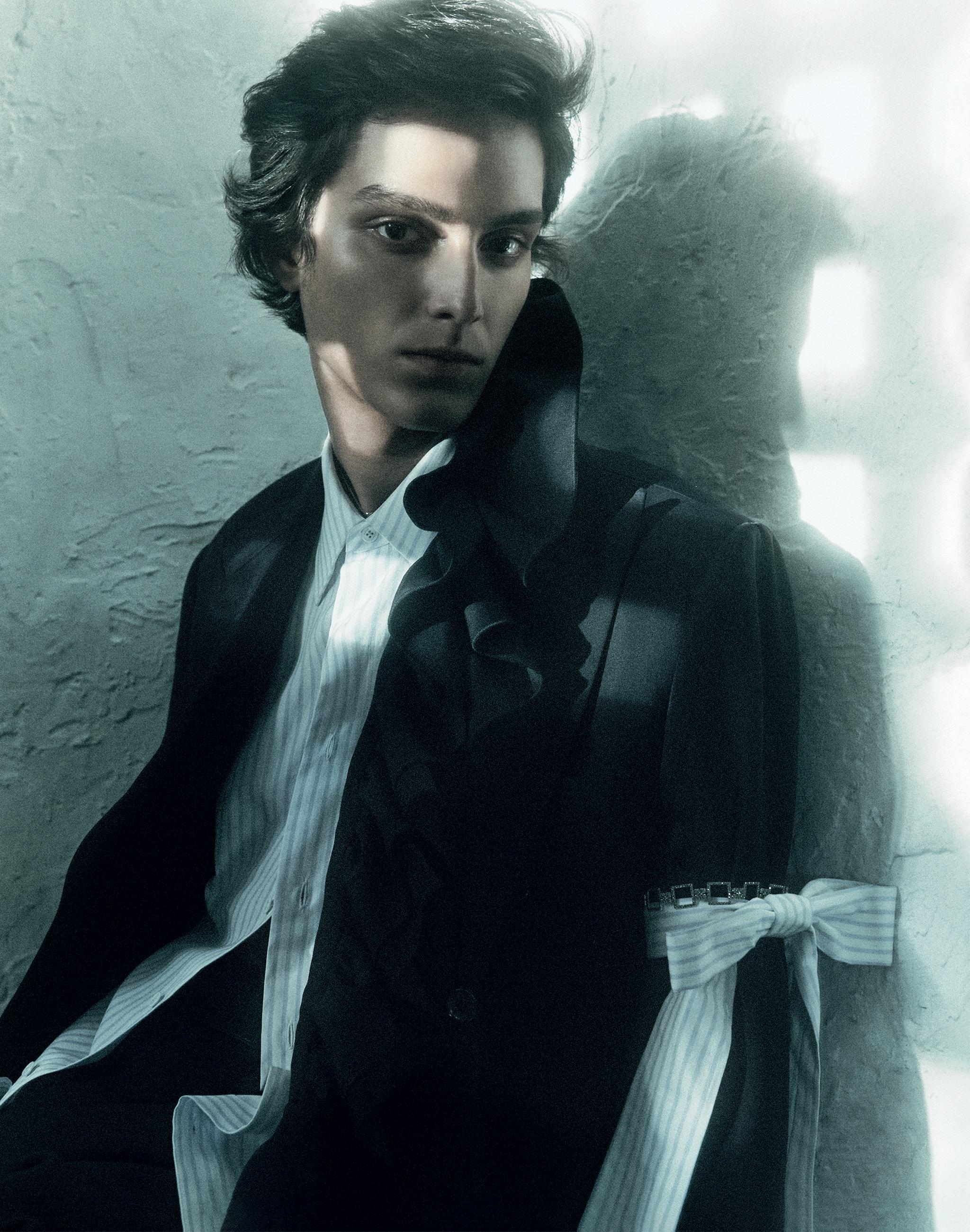 Cappotto in lana, camicia in cotone e pantaloni in lana anni '90. Tutto LOUIS VUITTON. Braccialetto in argento e marcasite, LA METROP COMPAGNIE (357 €, indossato sul braccio).