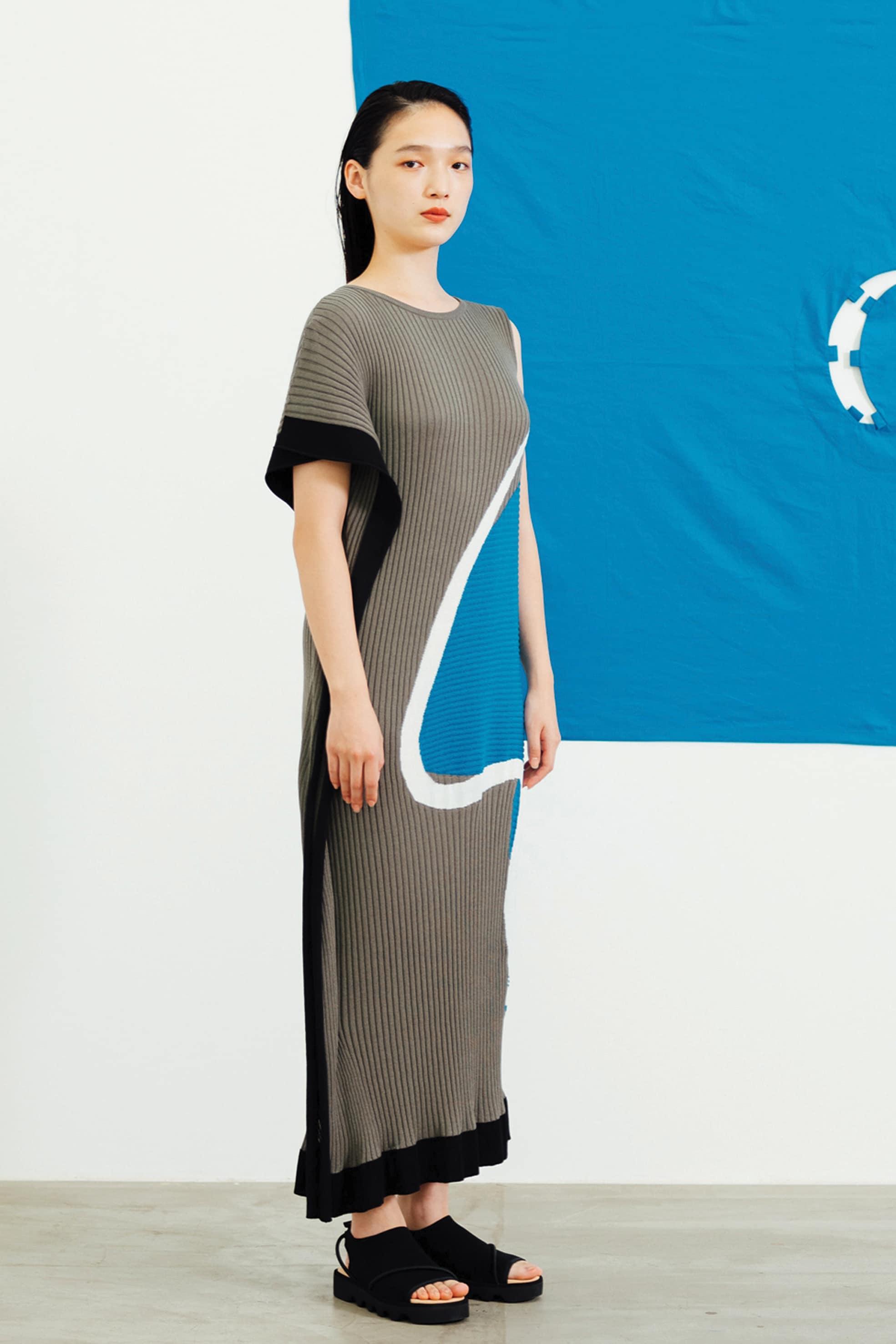 ISSEY MIYAKE Abito in maglia a coste con maniche asimmetriche e stampa Temporary Room, un salotto dipinto dal design team.