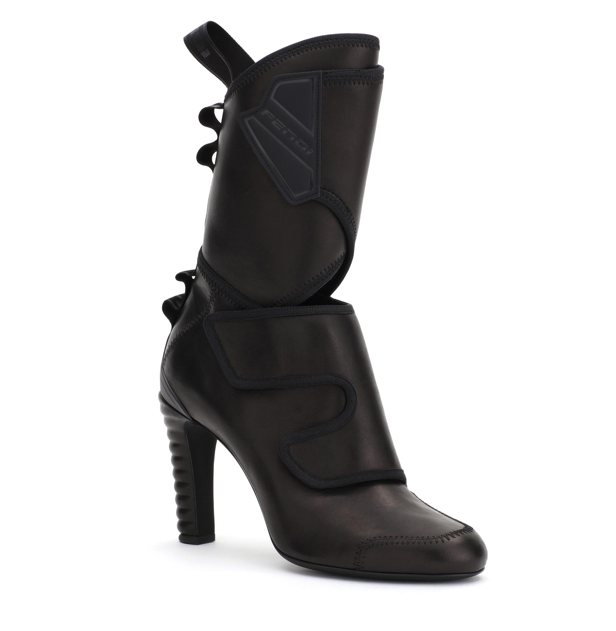 Ankle boot in pelle con chiusure a strappo, FENDI (980 euro)