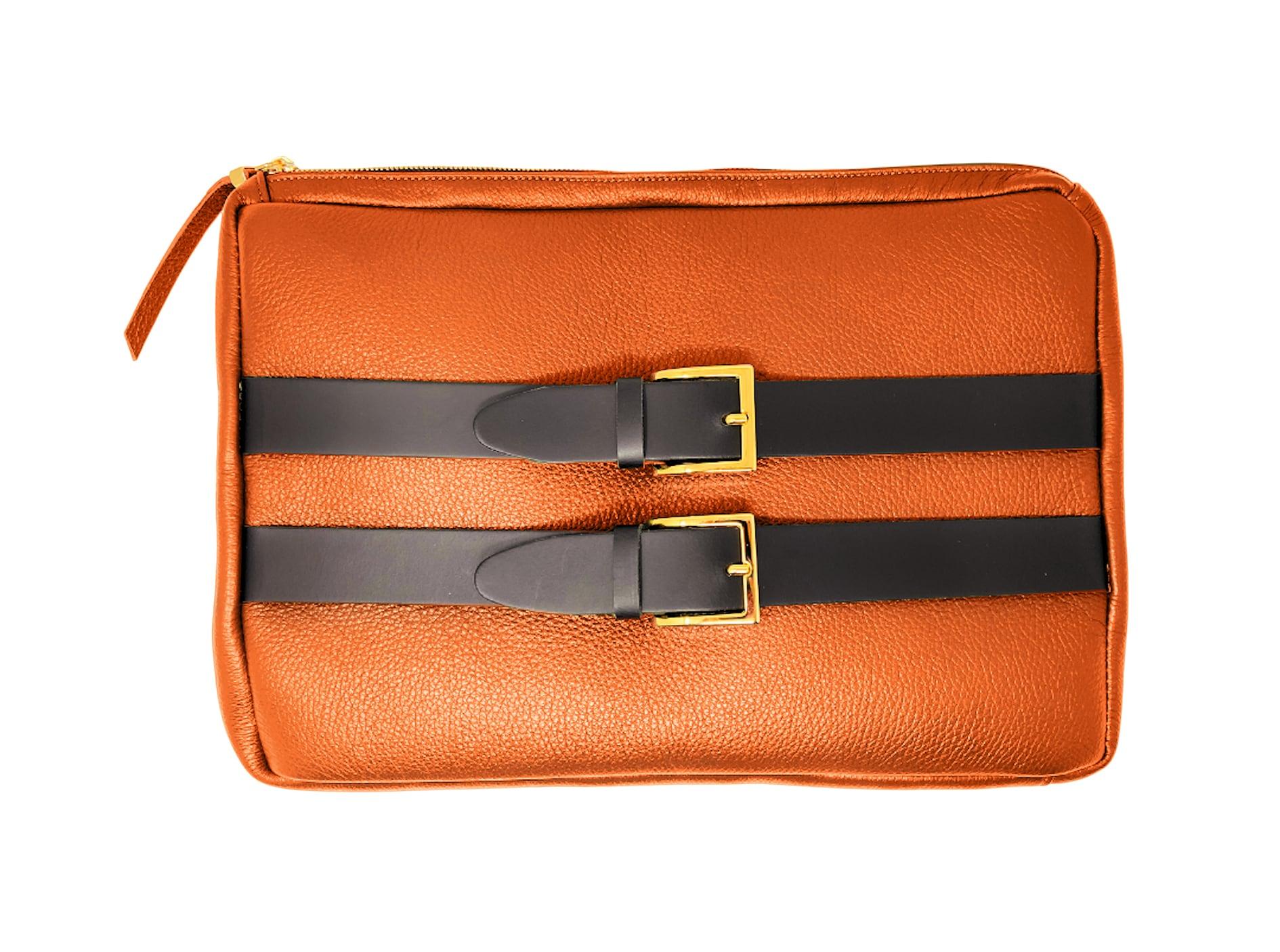 Borsa Andy, realizzata a mano, su misura (il colore è personalizzabile), in pelle con cinture e inserti metallici, ZUFFELLATO (300 €).