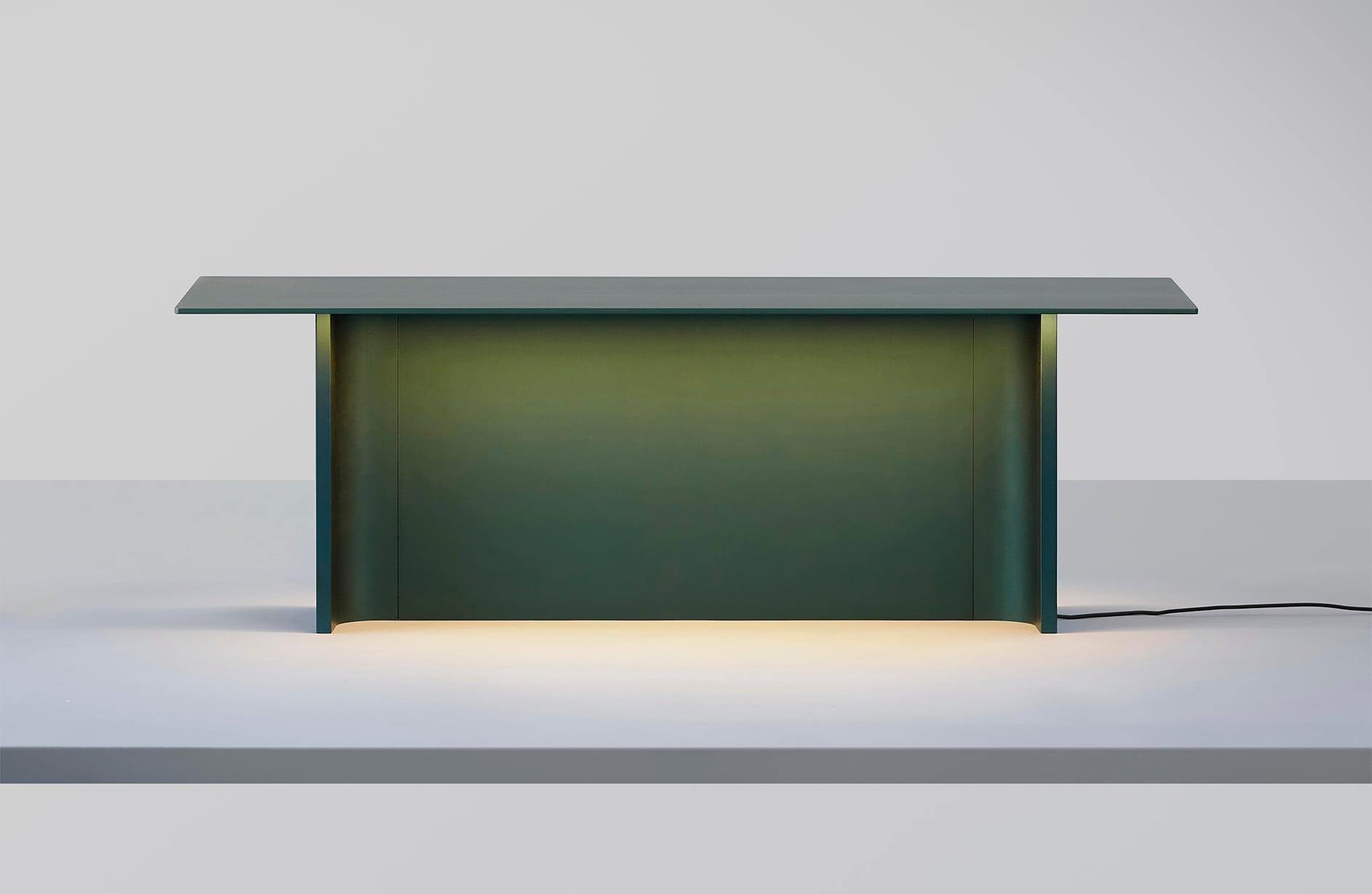 Lampada da tavolo Fienile, in alluminio anodizzato, design Daniel Rybakken per LUCEPLAN (1.219 €).