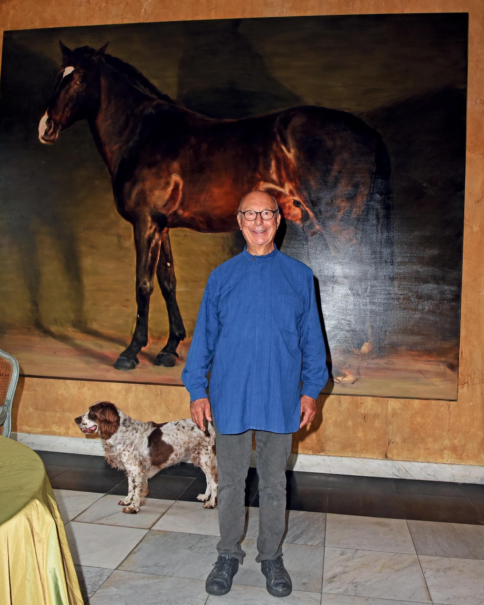Il designer belga Axel Vervoordt, fotografato nella sua casa a 's-Gravenwezel con il suo Springer Spaniel Inu, è così affezionato al suo cavallo Raio (morto lo scorso anno) che l'ha fatto ritrarre in un dipinto dall'artista Michaël Borremans.