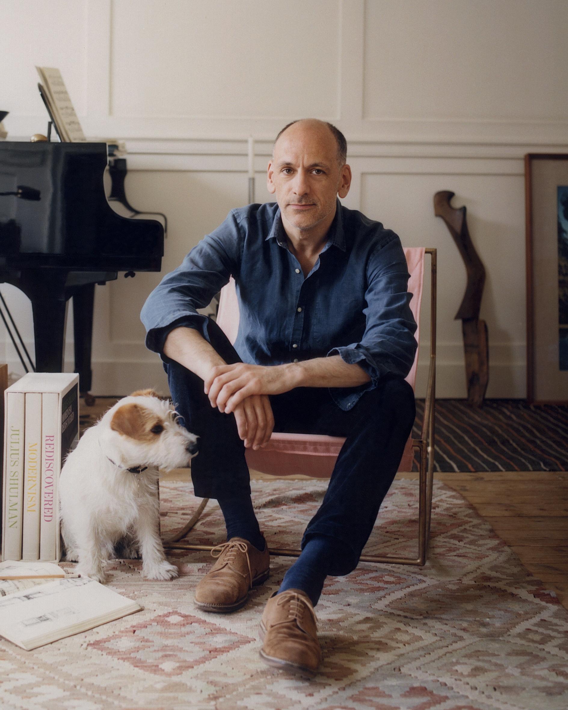 L'architetto William Smalley da bambino aveva paura dei cani. «M'inseguivano sempre quando andavo in bici», ricorda. «Quindi è stata una sorpresa ritrovarmi piacevolmente alle prese con un cucciolo. Dylan è una finestra sul mondo della bellezza».