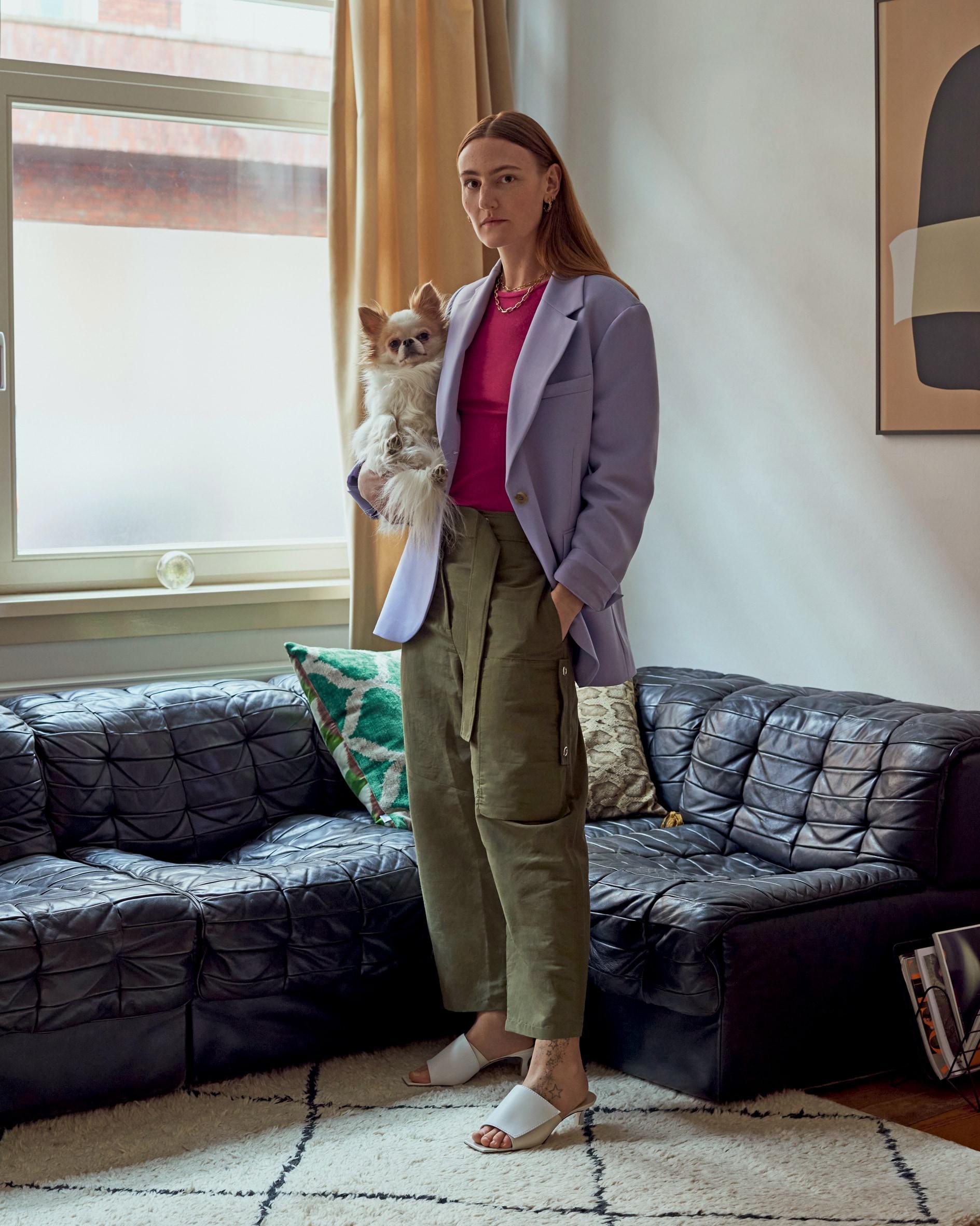 La stilista Elza Wandler con il suo chihuahua Billy.