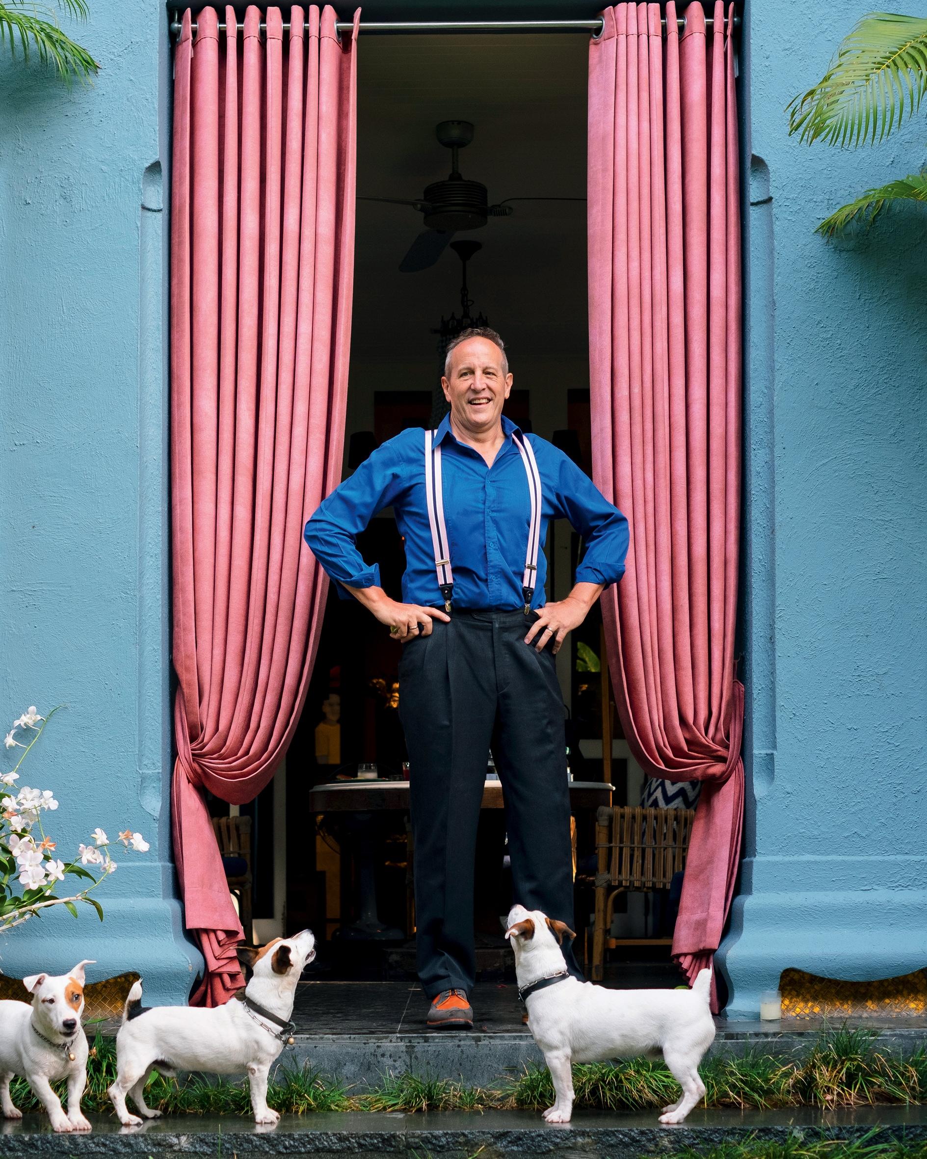 L'architetto e hotel designer Bill Bensley, a Bangkok, con tre dei sette Jack Russell che ha avuto.