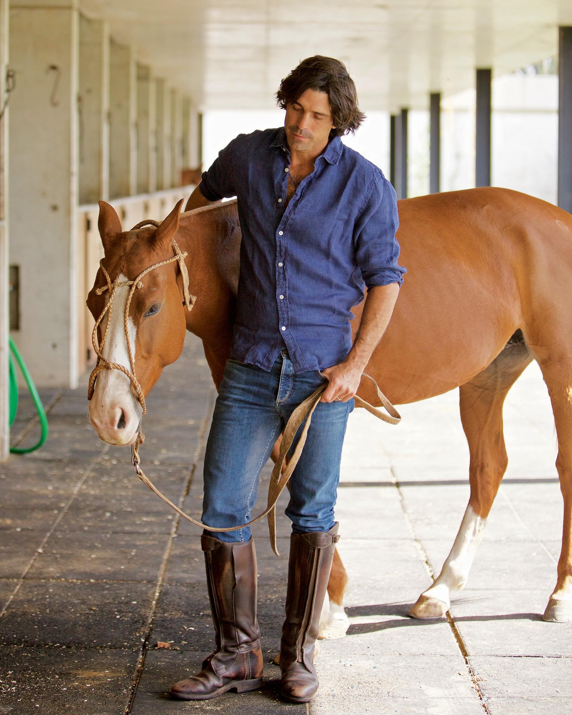 Il giocatore di polo Nacho Figueras con il suo cavallo Famosa.