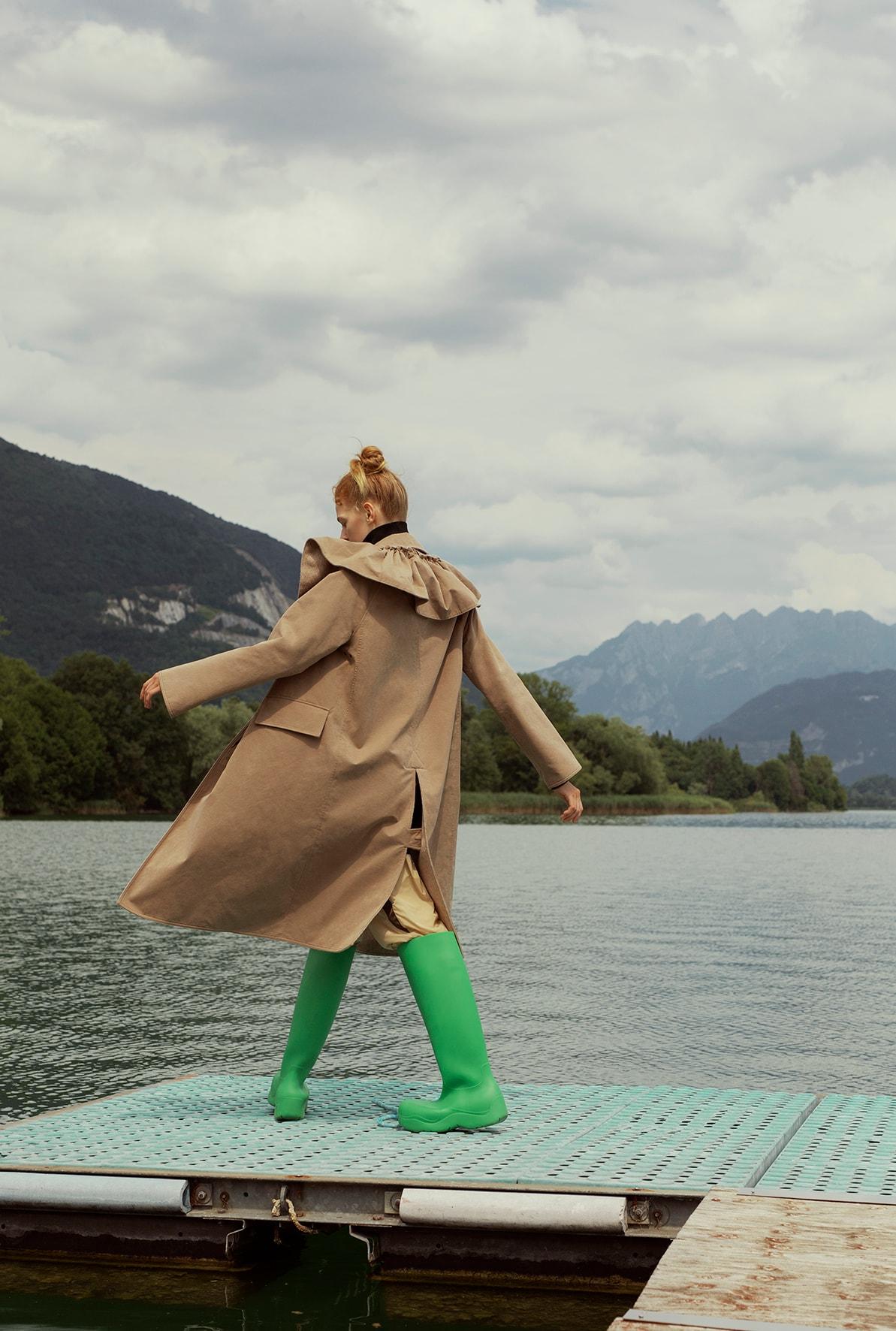 Trench in cotone doppiato in lana con maxi collo, TOD'S. Pantaloni in nylon stampato, VERSACE (1.200 €). Stivali in gomma, BOTTEGA VENETA (590 €).