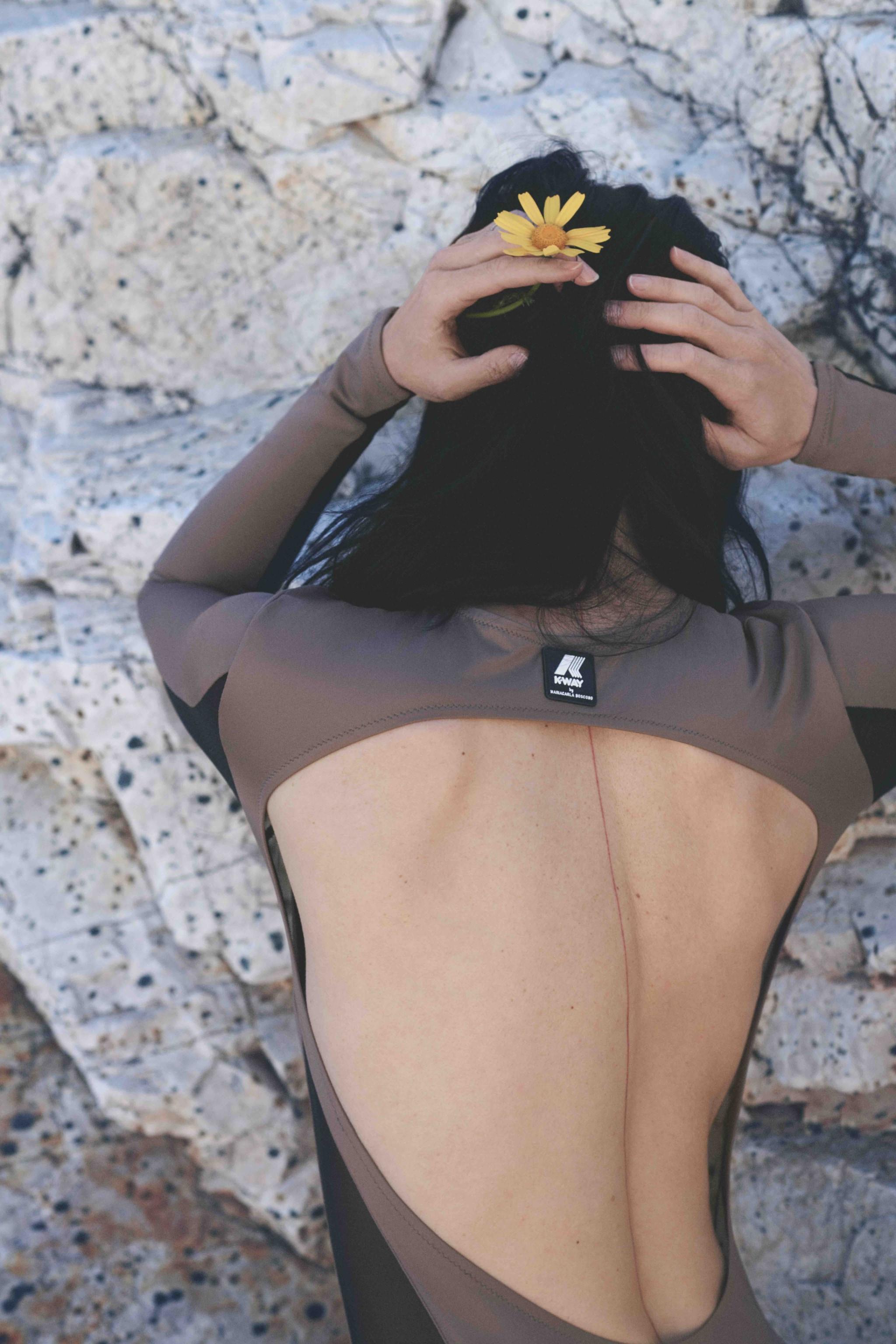 K-WAY by MARIA CARLA BOSCONO Body in tecno-tessuto ecosostenibile con filo di Nylon rigenerato ECONYL®, garantisce recovery eccezionale e corretta compressione muscolare che rallenta la formazione dell'acido lattico, favorendo un recupero più rapido della condizione fisica (160 €).