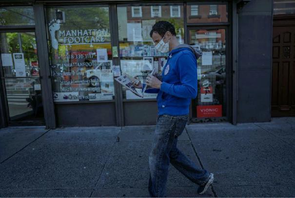 Luca Arrigoni dà una scorsa veloce al giornale su Smith Street