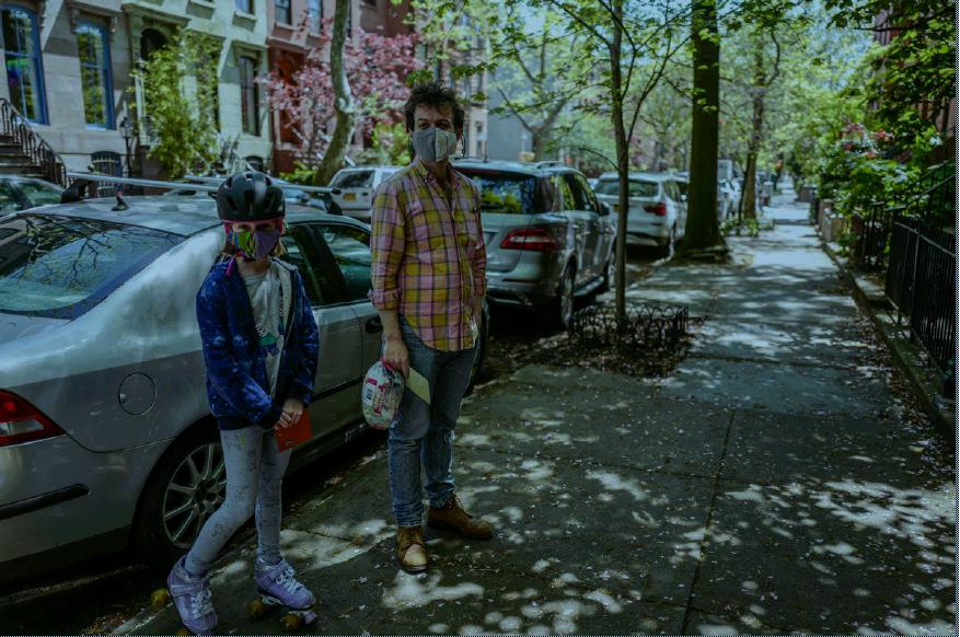 Un incontro sul marciapiede coi vicini di casa muniti di mascherina