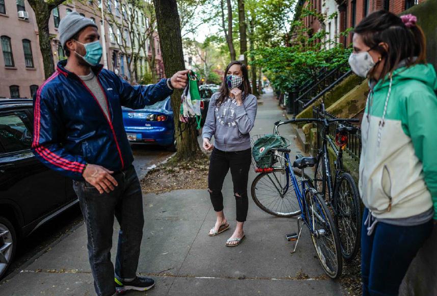 Due amici italiani, Sara Fedi e Filippo Cipriani, sono venuti dal Queens in bicicletta a prendere delle mascherine