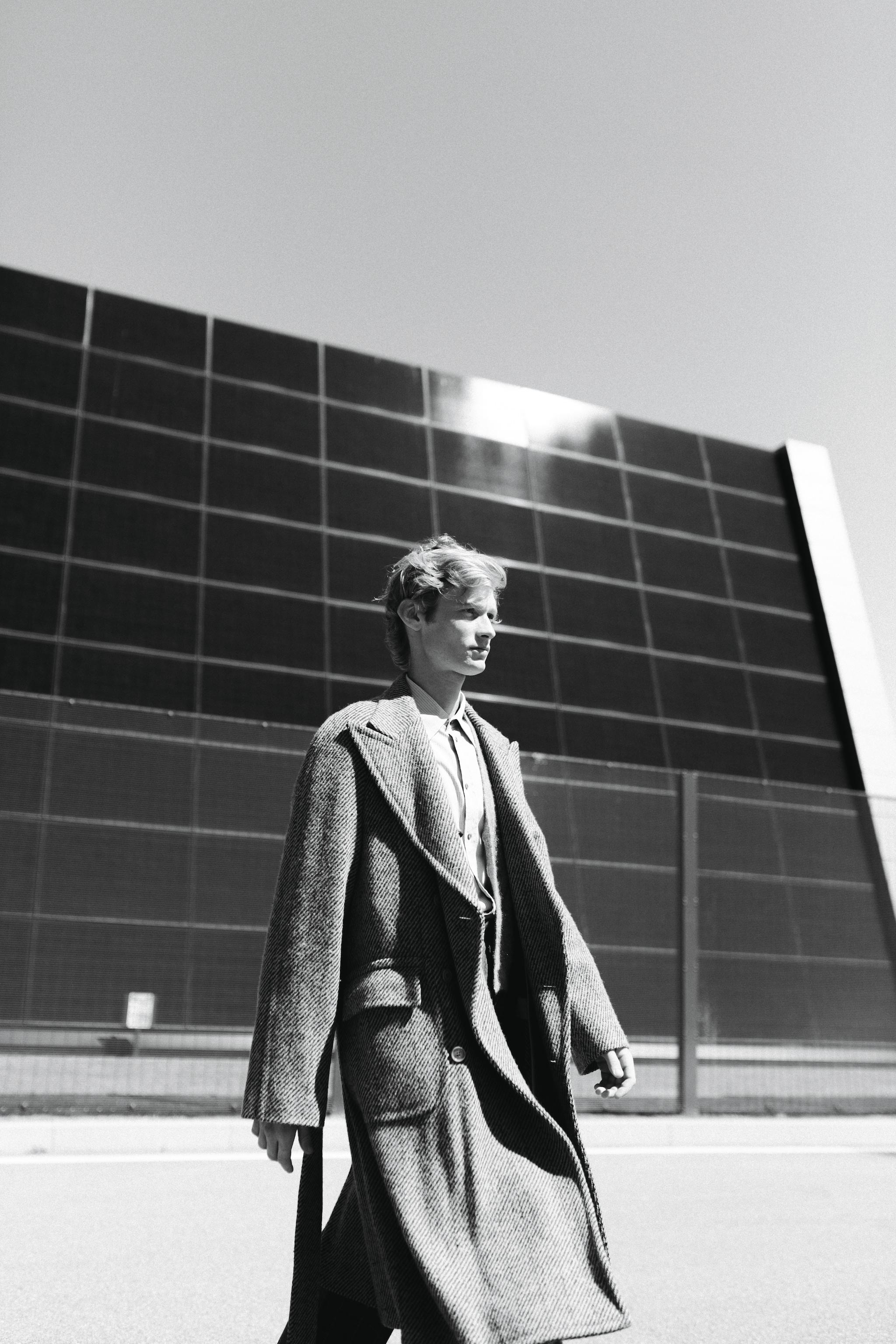 Cappotto in lana spigata con cintura in vita, cardigan in lana e camicia in cotone, Gucci.