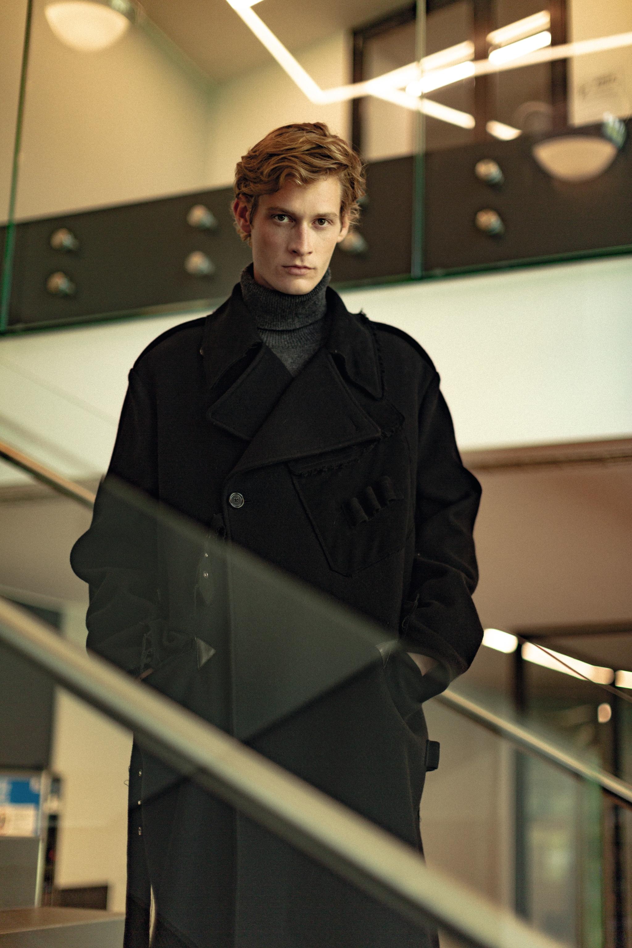 Cappotto doppiopetto in lana taglio over e dolcevita in cashmere, Dolce & Gabbana.