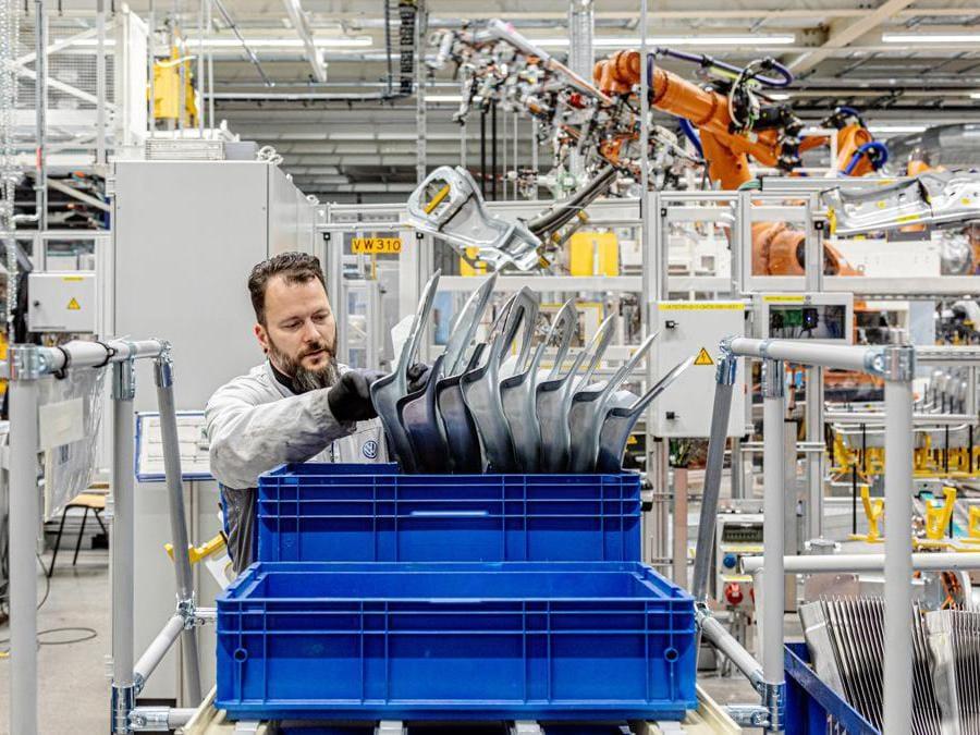 """In Volkswagen, per tradizione, si punta molto sulla valorizzazione delle risorse umane. A Zwickau è stato realizzato il più ampio progetto di training e formazione nella storia dell'automobile: 8mila dipendenti sono stati preparati alla produzione di veicoli elettrici e al lavoro con tecnologie ad alto voltaggio. Entro la fine del 2020 (questa la previsione,nel momento in cui stiamo scrivendo, ndr), il personale avrà completato in totale 13mila giorni di  formazione, assicurando così il futuro dei posti di lavoro in uno stabilimento che ha sposato la rivoluzione della green industry. (Fotografie di Alberto Bernasconi per """"IL"""")"""