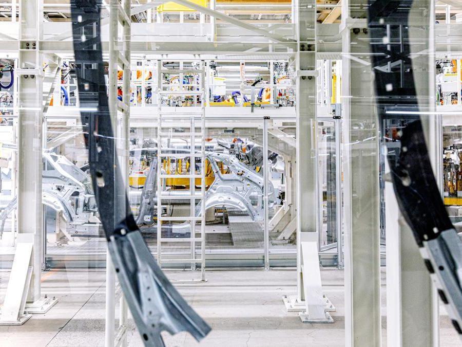 """A Zwickau, in Germania, in quella Sassonia dove si accese gran parte del movimento di riunificazione tedesca, c'è una fabbrica di automobili speciale. Al cuore della rivoluzione del brand Volkswagen ci sono le nuove """"ID."""" e sono """"nativamente"""" elettriche. (Fotografie di Alberto Bernasconi per """"IL"""")"""