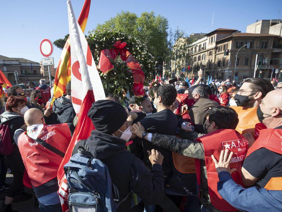 Momenti di tensioni alla manifestazione per il 25 aprile a Porta San Paolo (Ansa/Massimo Percossi)