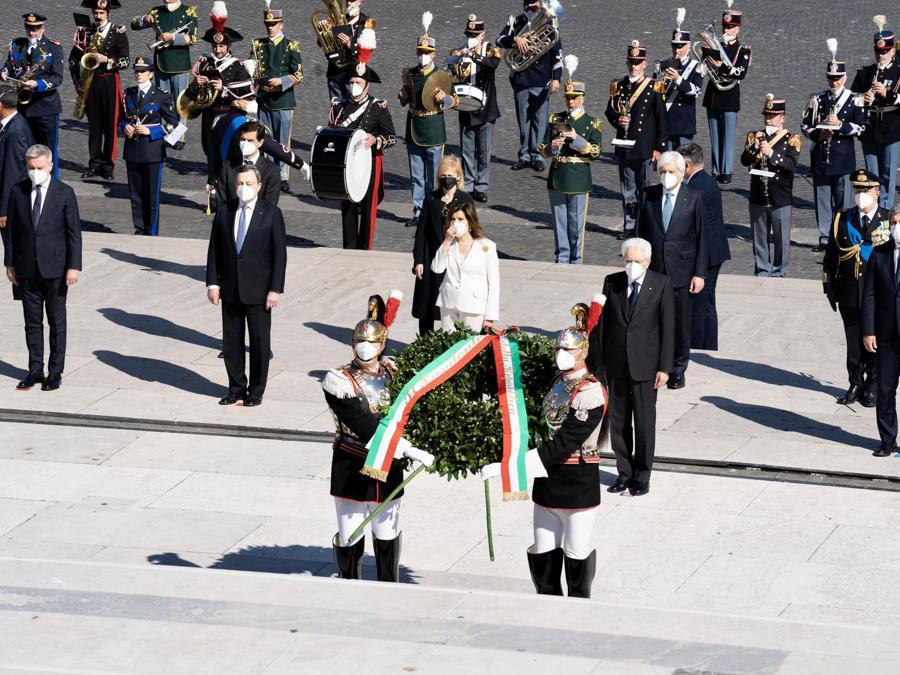 Il Primo Ministro italiano Mario Draghi durante la cerimonia di deposizione delle corone presso l'Altare della Patria in occasione del 76 ° anniversario della Giornata della Liberazionein (Ansa/Chigi Palace)