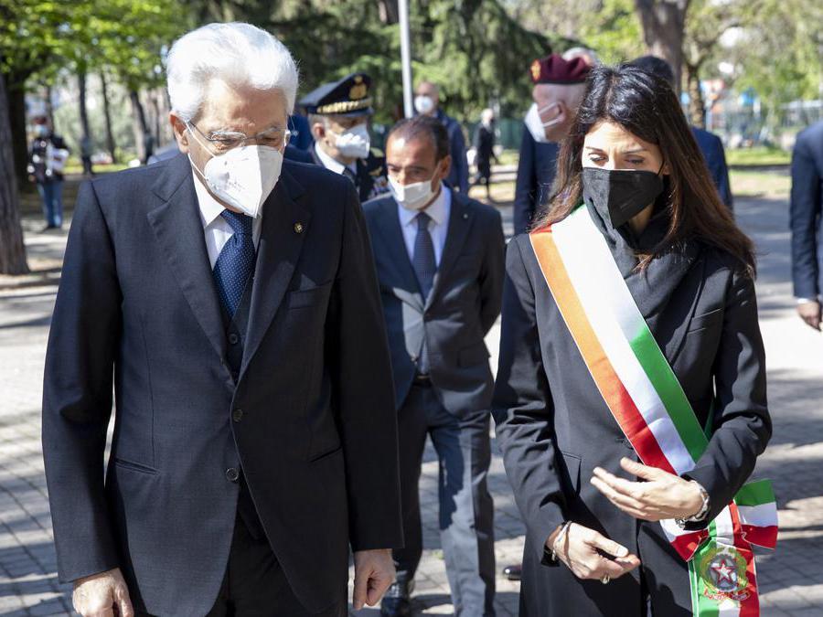 Il presidente della Repubblica Sergio Mattarella e il sindaco di Roma Virginia Raggi (Imagoeconomica)