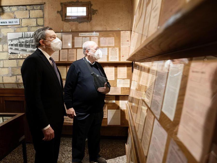 Il Primo Ministro italiano Mario Draghi  durante la sua visita al Museo storico della Liberazione (Epa/Filippo Attili)