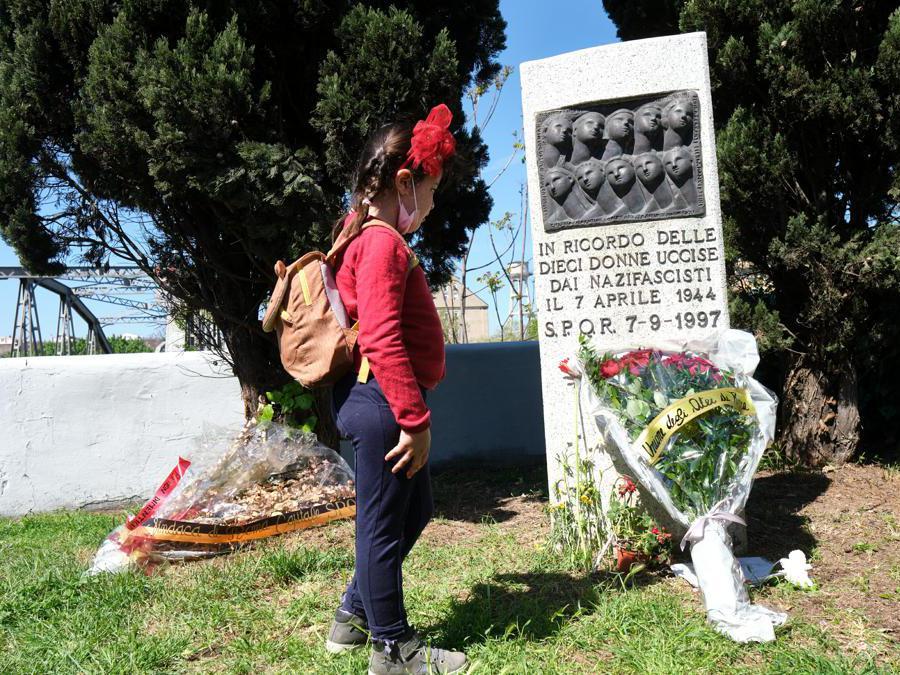 Deposizione di un mazzo di fiori al Ponte di Ferro, luogo simbolo della resistenza romana (LaPresse/Mauro Scrobogna)