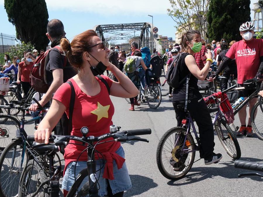 Corteo ciclistico per la festa della Liberazione a Ponte di Ferro luogo simbolo della resistenza romana (LaPresse/Mauro Scrobogna)